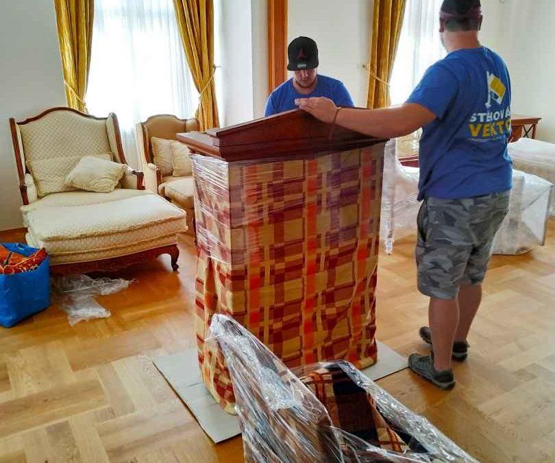 Stěhování starožitných křesel a skříní